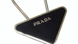 プラダ 三角プレート